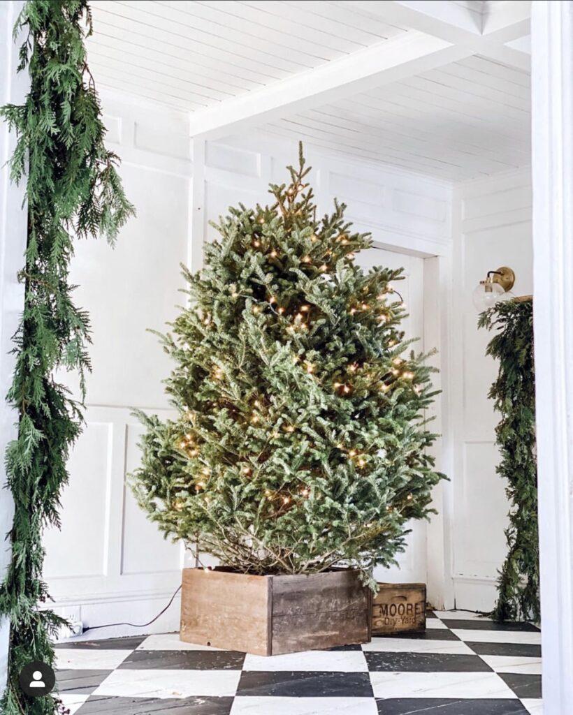 Easy DIY rustic christmas tree box tutorial. #christmas #christmasdiy #christmastreestand #christmasdecor #diychristmas #diy