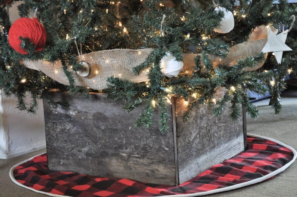 DIY rustic christmas tree box tutorial #christmas #christmasdiy #christmastreestand #christmasdecor #diychristmas #diy